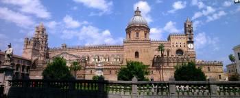La catedral de Palermo, con elementos arabescos y normandos, se alza majestuoso en el centro de la ciudad.